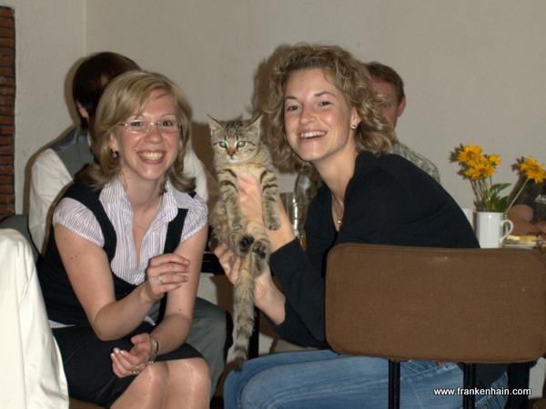 Foto: Freundliche Helferinnen und das Maskottchen